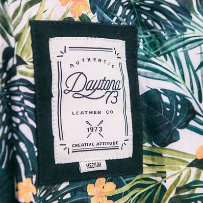 Tropical vibes 🌴 Doublure à retrouvez sur nos modèles en cuir suédé de la collection Printemps-Été 21 📷 @commeuncamion - - - - #daytona73 #leather #jacket #leatherjacket #bomber #tropical #doublure #coton #lining #flowers #colorful #design #fashion #fashionista #mensfashion #menstyle #menswear #stylish #cuir #leder #ootd #springsummer21 #printempsete21