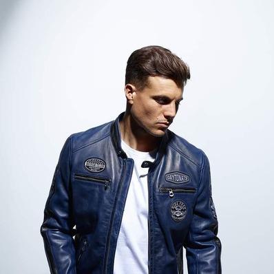 Blouson style motard en cuir d'agneau esprit racing. 🧥 Modèle Galiano disponible en coloris noir, rouge, bleu, gris orange et jaune. - - - - #daytona73 #leather #jacket #leatherjacket #motojacket #apparel #cuir #blouson #blousonmoto #biker #racing #vintage #motorcycle #menswear #stylish #menlook #fashionista #instafashion #lookbook #lookoftheday