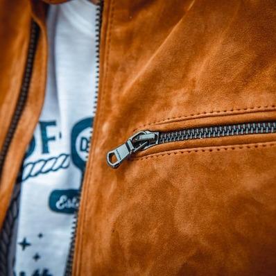 Zoom sur notre cuir de chèvre velours idéal pour la saison estivale ☀️ - - - - #daytona73 #printempsete21 #springsummer21 #collection #nouveautés #newin #leather #jacket #leatherjacket #cuir #blouson #veste #outfit #quality #suedejacket #suedine #fashion #fashionista #mode #leder #menswear #mensfashion #menstyle #stylish