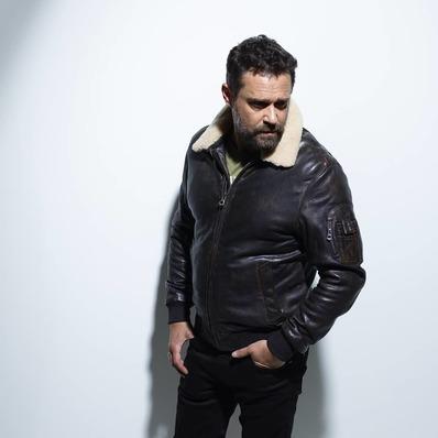 NOUVEAUTÉS ----------- Blouson aviateur fabriqué dans un nouveau cuir d'agneau vieilli avec l'indémodable poche MA-1. 🧥 Modèle TOM 4 - - - - #daytona73 #leather #jacket #leatherjacket #flightjacket #pilotjacket #aviatorjacket #cuir #apparel #lookbook #fashion #fashionista #mode #blouson #veste #outfit #blousoncuir #automnehiver20 #fallwinter20 #fw20