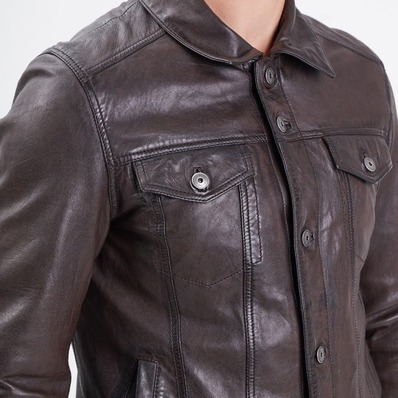 NOUVEAUTÉS ⚡ Veste coupe trucker fabriquée en cuir d'agneau au tannage végétal.  🧥 Modèle Baker - - - - #daytona73 #fallwinter21 #automnehiver21 #leather #jacket #leatherjacket #trucker #leder #veste #apparel #cuir #outfit #blouson #vintage #ootd #menstyle #menlook #menswear #stylish #classic