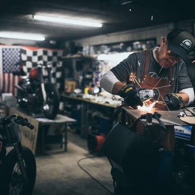 PARTENARIAT Découvrez dans le dernier numéro de @freewaymagazine , le portrait de Yann, toujours autant actif dans son atelier de préparation @bckustoms  📷 @ffhphotographie - - - - #daytona73 #partnership #partenariat #custom #magazine #motorcycle #moto #flattrack #breizh #bretagne #atelier #workinprogress #freeway