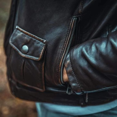 Le temps travaille la patine du cuir… 👉  Tous nos modèles sur Daytona 73. com - - - - #daytona73 #fallwinter21 #automnehiver21 #cuir #leder #leather #jacket #leatherjacket #apparel #outfit #fashion #fashionista #menstyle #menlook #menswear #ootd #stylish #vintage #oldschool