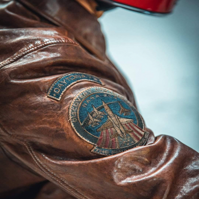 Inspiration NASA 🚀 La plupart de nos patchs sont légèrement teintés avec le cuir pour un style toujours plus vintage ! 📷 @indiana_anders - - - - #daytona73 #leather #jacket #leatherjacket #cuir #leder #apparel #flightjacket #pilotjacket #aviatorjacket #nasa #blouson #blousonaviateur #blousonpilote #fashion #fashionista #mensfashion #menstyle #menswear #vintage #aviator