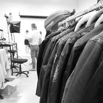 BACKSTAGE  Jour de shooting 📷 Pleins de nouveautés à découvrir prochainement... - - - - #daytona73 #fallwinter21 #fashion #fashionista #mensfashion #menstyle #menswear #stylish #mode #model #shooting #photo #collection #leather #jacket #leatherjacket #sweats #hoodies