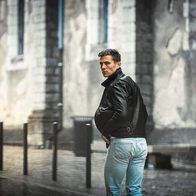 Ne perdez pas votre futur en regardant en arrière. 🧥 Modèle Greyson 📷 @indiana_anders - - - - #daytona73 #fallwinter20 #automnehiver20 #leather #jacket #leatherjacket #cuir #blouson #veste #apparel #leder #blousoncuir #vintage #mode #fashion #fashionista #menlook #menswear #mensfashion #stylish