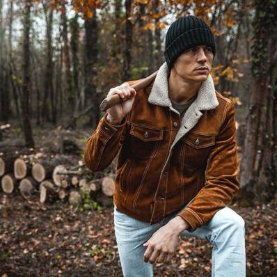 Robuste et confortable, la veste trucker est fabriquée dans un cuir de vachette brossé avec un intérieur sherpa. 🧥 Modèle Trucker  📷 @indiana_anders - - - - #daytona73 #fallwinter21 #automnehiver21 #leather #jacket #leatherjacket #trucker #cuir #blouson #veste #outfit #vintage #ootd #leder #fashion #fashionista #mensfashion #menstyle #menswear #stylish