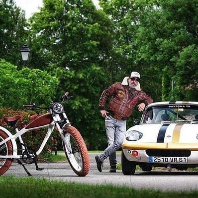 JEU-CONCOURS ⚡ Notre marque s'associe au @tourauto 2021 et vous fait gagner un fat bike électrique 🎁. 👉 Pour participer rdv sur le site internet de @frenchracingdriversclub  📷 @rassoouest - - - - #daytona73 #ebike #fatbike #bike #velo #veloelectrique #beachbike #tourauto #jeu #concours #jeuconcours #cadeau #racing #auto #vintage #car #leather #jacket #leatherjacket #cuir #blouson #flightjacket #pilotjacket #aviatorjacket #leder