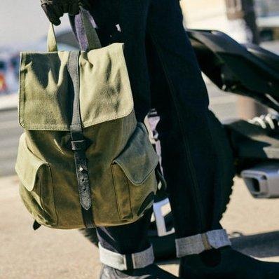 Cette semaine, découvrez le look biker casual de @commeuncamion dans les rues Parisiennes avec notre sac en toile cirée et cuir de buffle. 🎒 Modèle Air Winter - - - - #lookoftheday #sac #bag #leatherbag #marroquinerie #canvas #waxed #toile #fashion #fashionista #menstyle #menlook #menswear #ootd #stylish #vintage #kaki #motorcycle