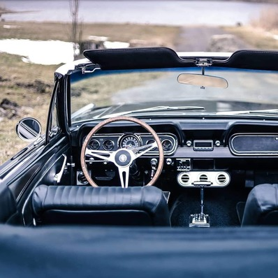 Prenez place, on part en week-end ! 📷 @v8_werk - - - - #fridaymood #classic #car #vintage #retro #weekend #picoftheday #photooftheday #ford #mustang #fordmustang #cabrio