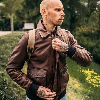 Avec ou sans fourrure, tous nos blousons aviateur possèdent un col amovible. Personnalisez votre look ! 📷 Jean-Philippe Lebée @damiennlemaire  - - - - #daytona73 #jacket #leather #leatherjacket #flightjacket #aviator #blouson #cuir #blousonaviateur #fashion #fashionista #gentleman #menswear #menlook #lookoftheday #stylish #mode