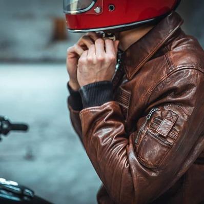 Jamais une patine n'a respirée autant le vintage 🧥 Modèle Océanie  📷 @indiana_anders - - - - #daytona73 #fallwinter21 #automnehiver21 #collection #iconique #leather #jacket #leatherjacket #flightjacket #pilotjacket #aviatorjacket #cuir #apparel #vintage #blouson #leder #blousoncuir #blousonaviateur #blousonpilote #retro #fashion #fashionista #mensfashion #menstyle #menswear #stylish #motorcycle #bikerlife #gentlemanrider