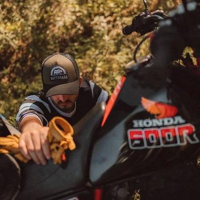 Quitte à se protéger, autant le faire avec style ! 🧢 Toutes nos casquettes sont à découvrir sur daytona73.com  📷 @allanploux_photographe - - - - #daytona73 #printempsete21 #springsummer21 #summer #casquette #caps #trucker #outdoor #motorcycle #moto #gentlemanrider #fashion #fashionista #stylish #lookoftheday