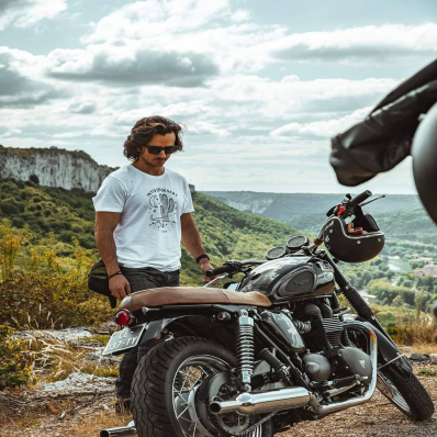 SPRING SUMMER 21 ⚡ T-shirt avec imprimé ambiance désert Californien aux traits fins. 👕 Modèle Desert 📷 @indiana_anders - - - - #daytona73 #springsummer21 #printempsete21 #collection #newin #tee #teeshirt #tshirt #motorcycle #bikerlife #desert #gentlemanrider #fashion #fashionista #outfit #graphictees